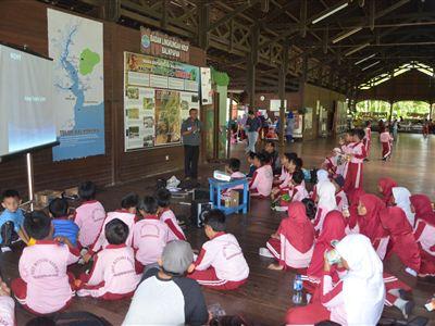 Maulana Malik přednáší dětem v centru ekologické výchovy